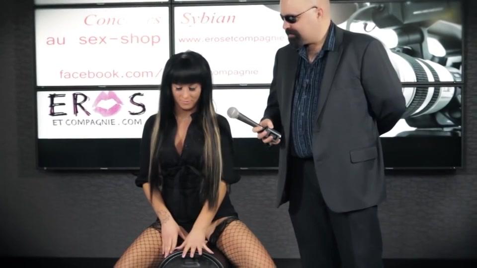 hitsig Francaise komt klaar op de Sybian sex machine