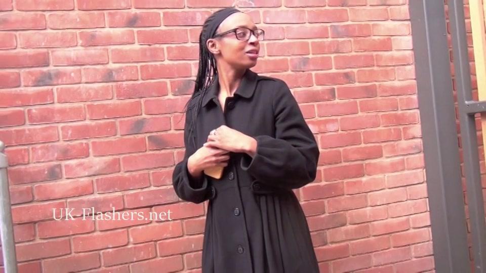 wulps neger exibitioniste laat haar aantrekkelijke melkzwabbers zien in het publiekelijk