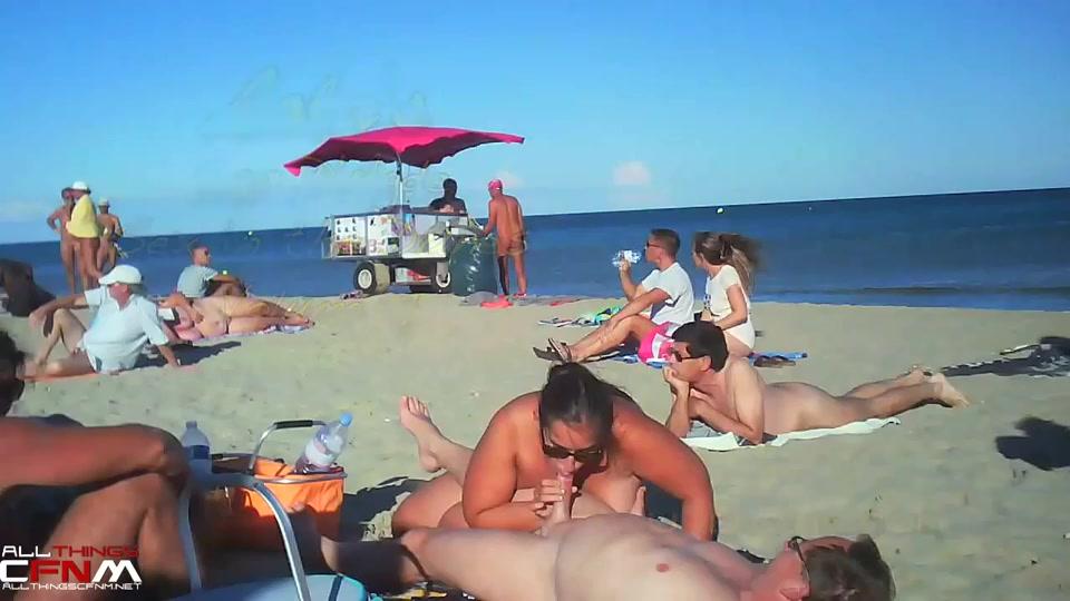 zuigen en aftrekken op het poedelnaakt strand