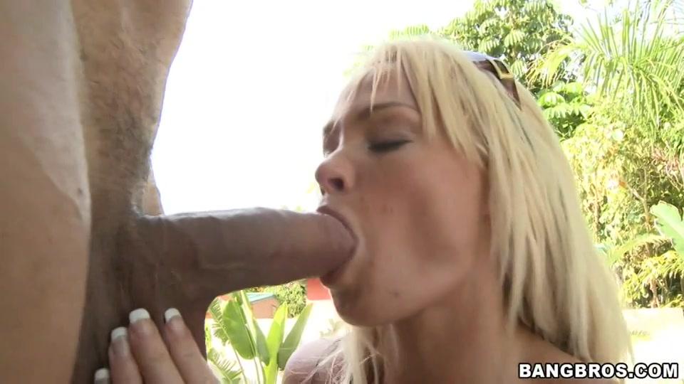 Met pijpen past haar mond maar net om de vette penis