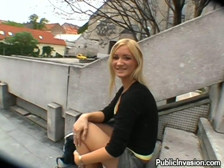 Voor geld laat het blondje haar bekkie vol sperma spuiten