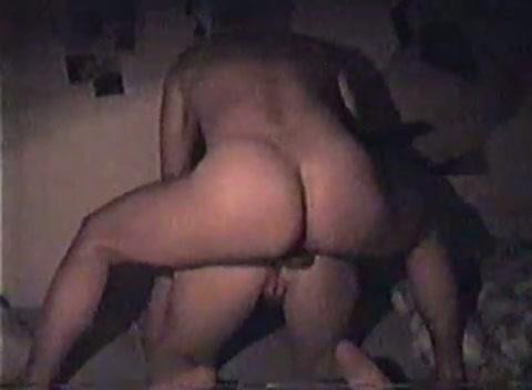 Zijn snikkel ruw duwend in haar kontgat spuit hij haar vol cum