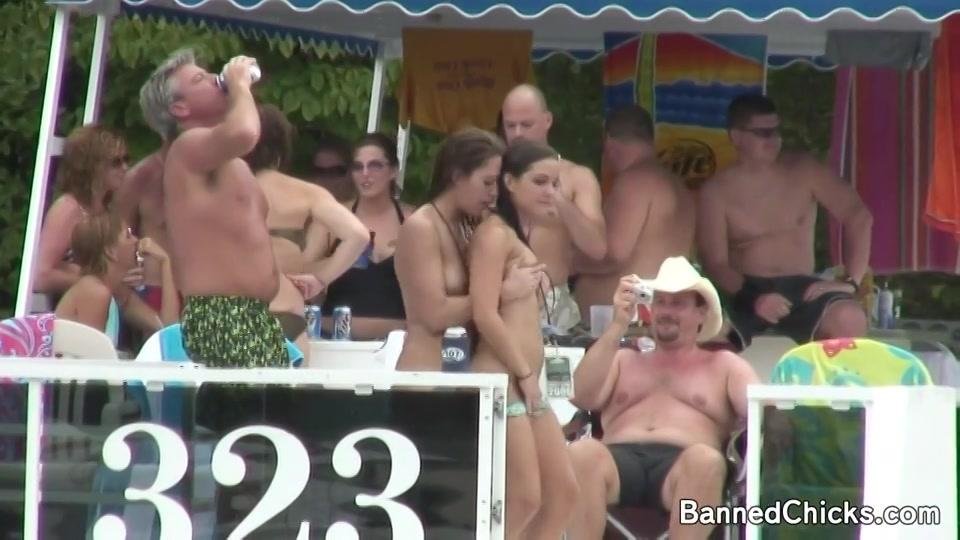 spannende snollen in bikini springen het water in