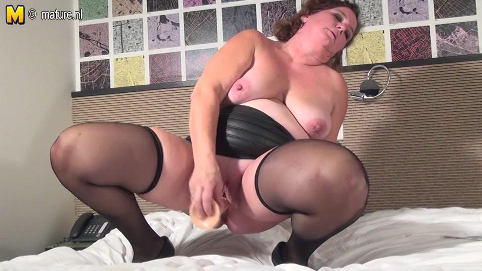 nederlandse sletterige huismoeder in wellustig lingerie mastubeerd