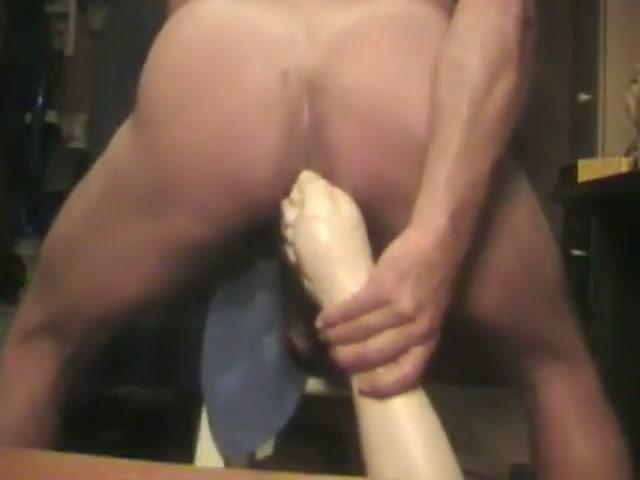 De vuist sextoy gaat wild zijn anus in