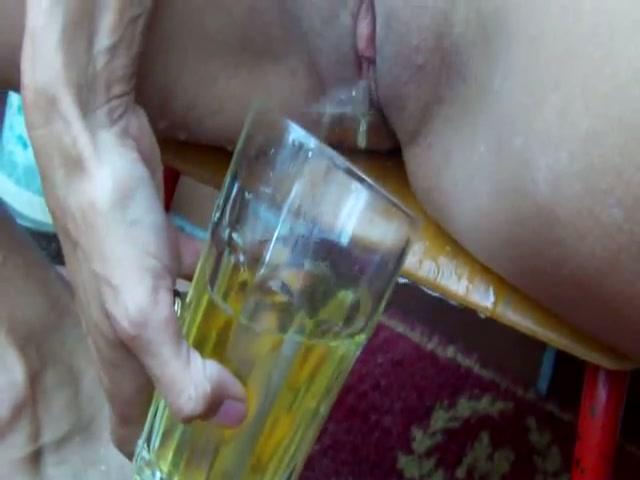 De snol pist het glas vol en drinkt hem leeg