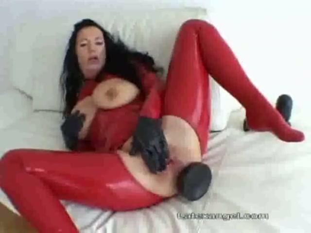 Latex en een hele giga sexspeeltje in haar kontje
