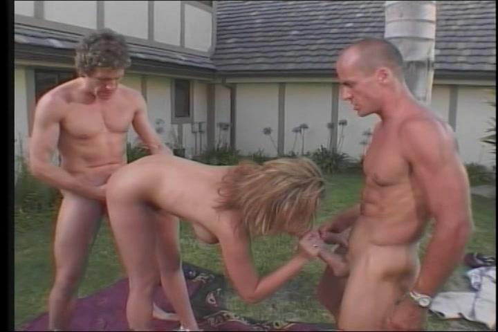 bruut gepaald in haar mond kut en poepgaatje  in deze trio porno