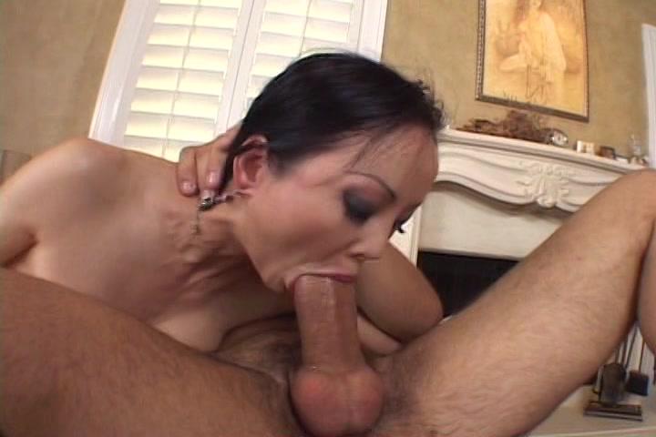 Hij laat haar pijpen en penetreert haar mond tot hij klaar komt