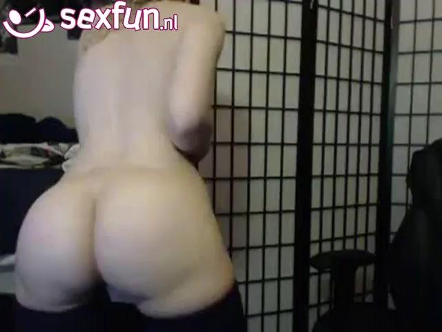 Ze toont haar ronde billen voor de webcam