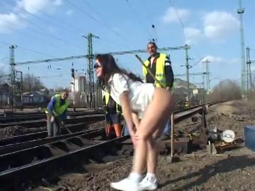 Ze flashed haar poedelnaakte kutje bij spoorwegwerkers
