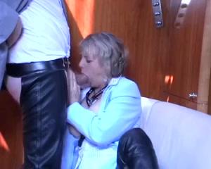 Kijk hoe deze sletterige huisvrouw de vette plasser een zuig beurt geeft