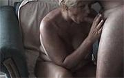 moeder zuigt haar buurman