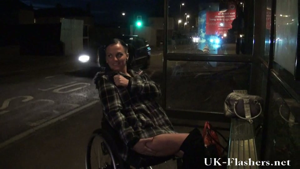 Slet in rolstoel laat haar kutje zien buiten op straat