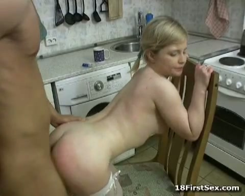 Het geile jonge huisvrouwtje laat zich door de deurwaarder neuken