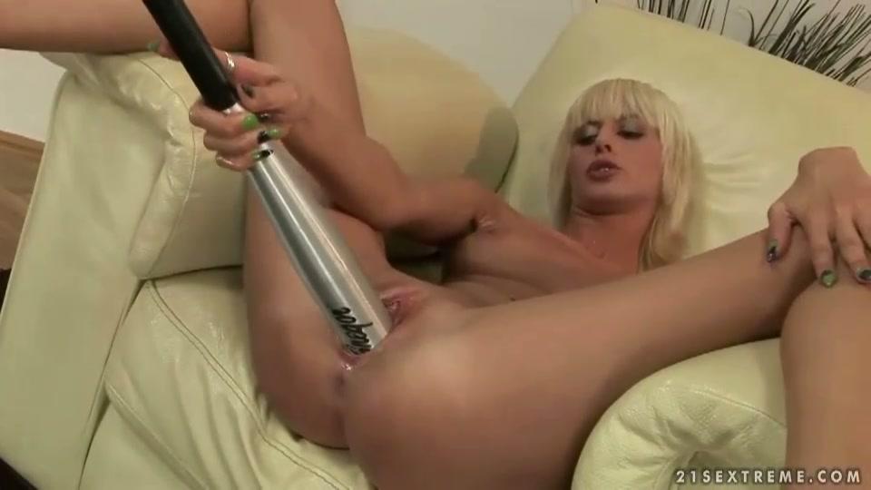 De oudere man stopt van alles in haar vagina een honkbal knuppel een vibrator enz enz