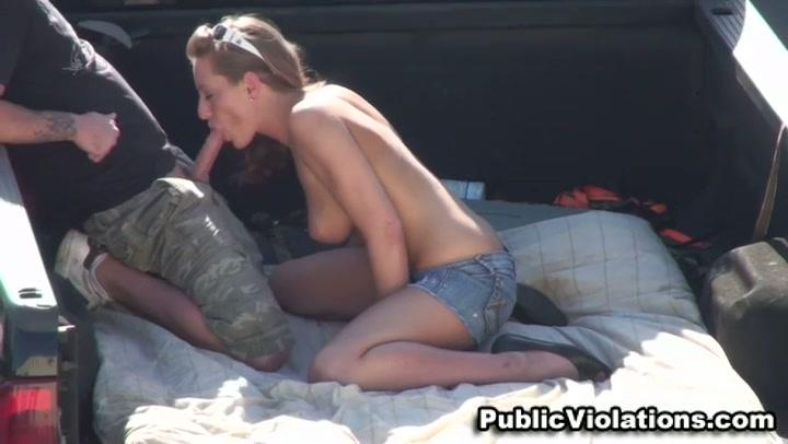WTF: Meisje pijpt gast op een publieke parkeerplaats