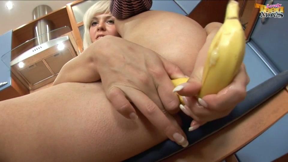 De banaan gaat van haar kontje naar haar kutje en weer terug