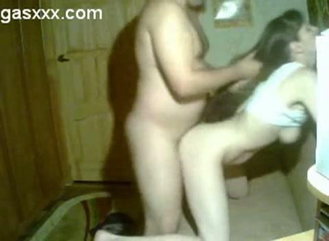 Met de webcam aan neukt de buurman het buurmeisje en komt in haar klaar