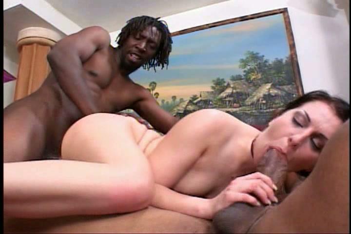 Twee grote zwarte pikken voor het geile blanke meisje