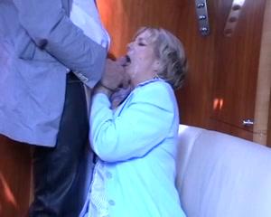 De oudere dame pijpt tot hij haar gezicht vol sperma spuit