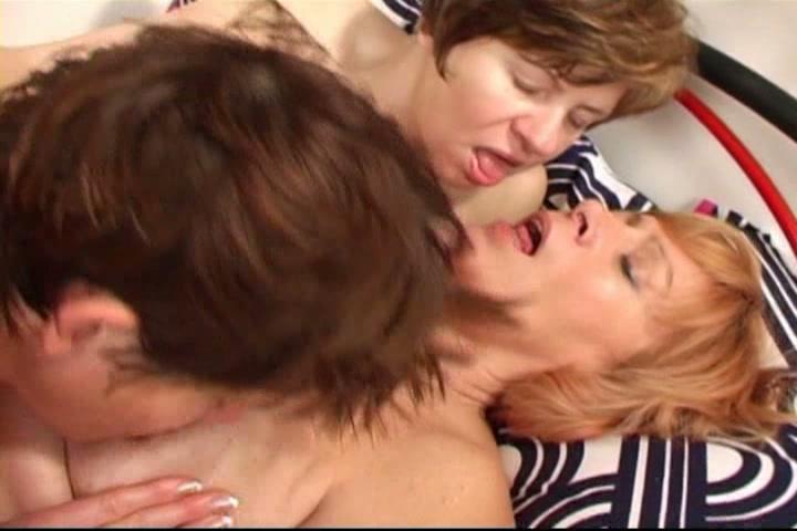 Rijpe lesbos in lesbisch trio