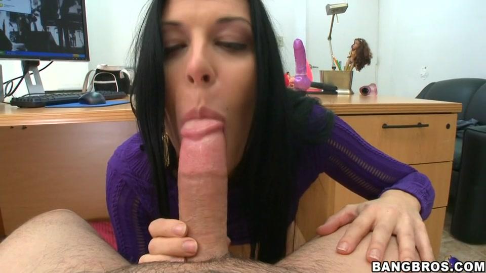 Hete milf pijpt haar baas op kantoor