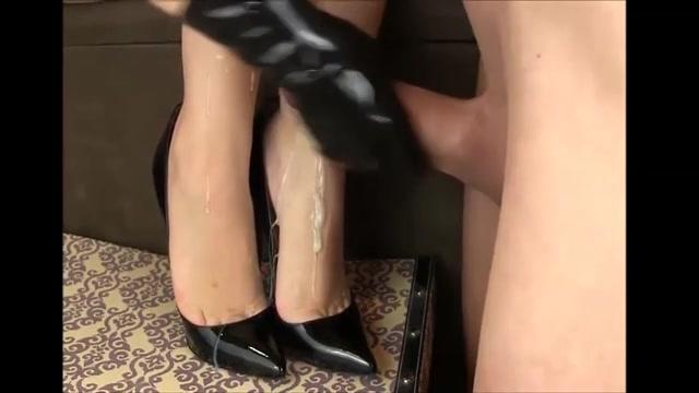 Een volledige vracht zaad spuit over haar opgewonden voetjes
