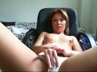 Met alleen haar stringetje aan mastubeerd ze voor de webcam