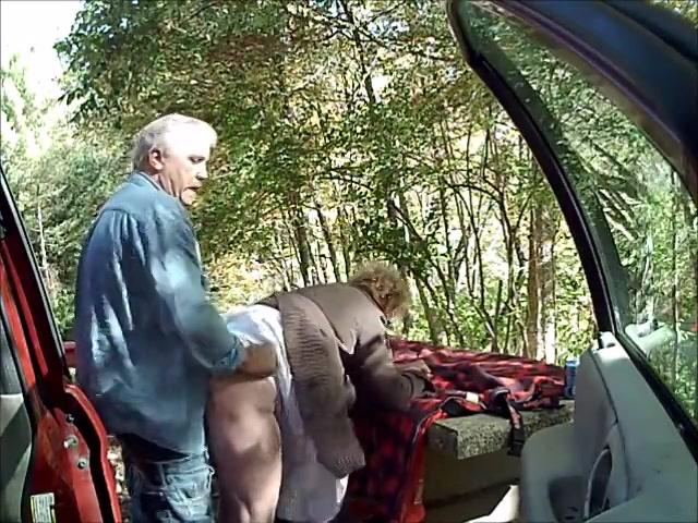 Hij laat de ouwe wijf pijpen en penetreert haar