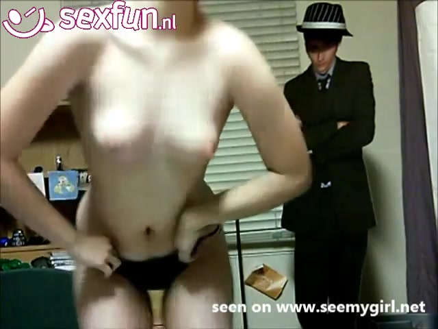 meiske geeft een striptease voor de webcam