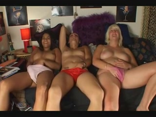 3 zalige meisje masturberen op een rij