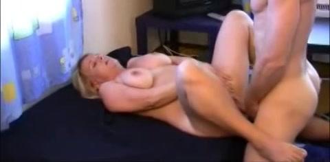 Deze hoerige huismoeder word voor het eerst gefilmd tijdens het neuken