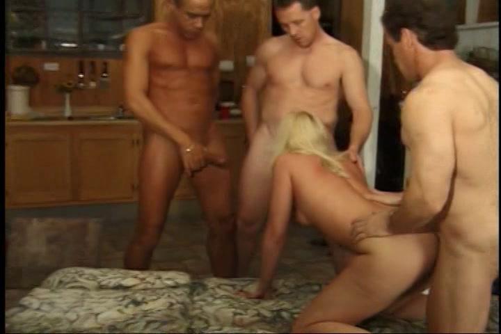 drie oudere heren laten zichzelf zuigen en berijden het meisje