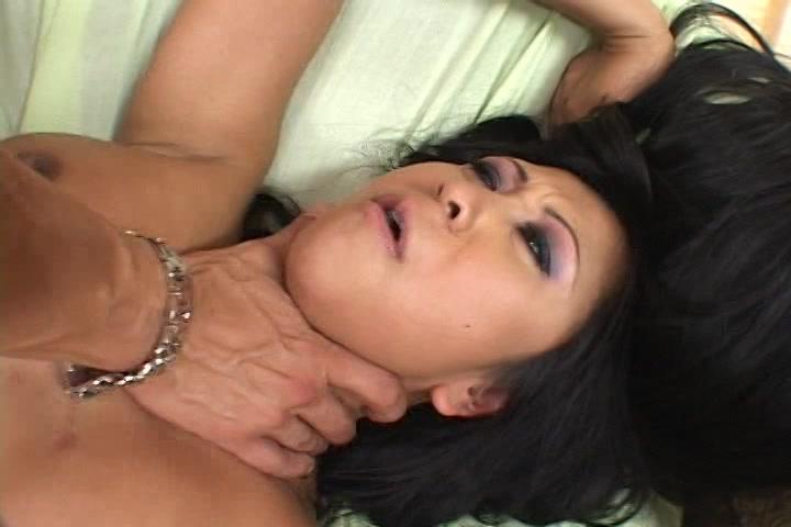 Tijdens het neuken knijpt hij haar keel dicht