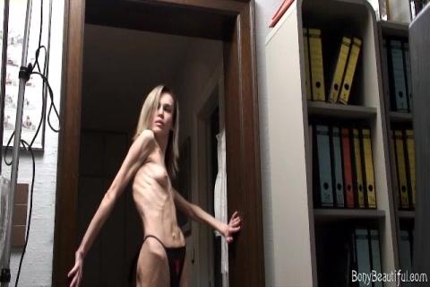 Anorexia meisje showt haar blote tieten