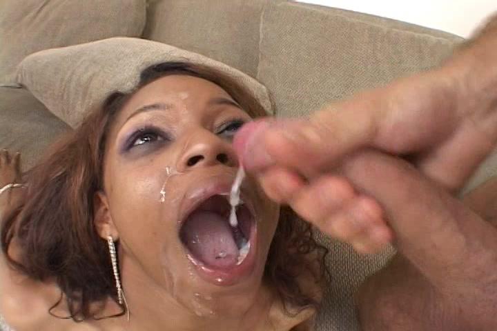 Twee grote lullen spuiten het gezicht van de Ebony vol sperma