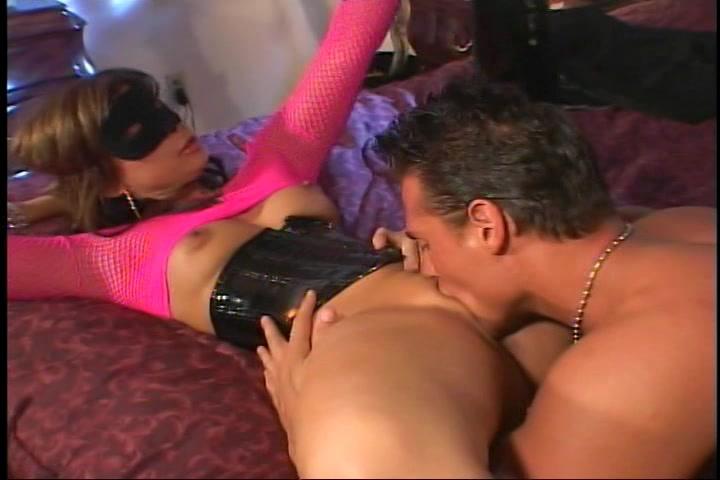 Hij vingert en beft haar vagina word gepijpt en naait vervolgens haar kut en kontgat