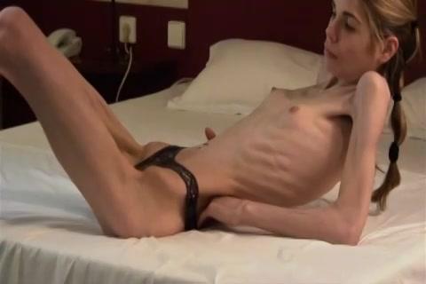 Dit anorexia deerntje met alleen haar slip aan laat zichzelf filmen