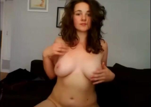 Dit tiener meisje geeft een striptease voor de webcam tot ze naakt is