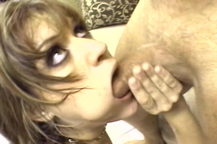 De kits druipt uit haar mond tijdens het neuken van haar keel
