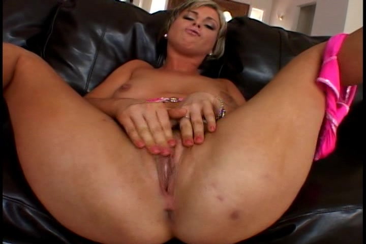 Haar kale kut vingerend krijgt ze een orgasme