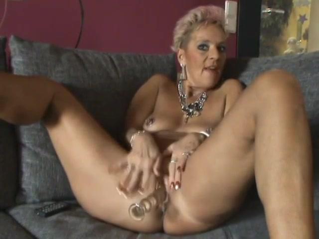 Voor de webcam mastubeerd deze oudere dame met een glazen dildo