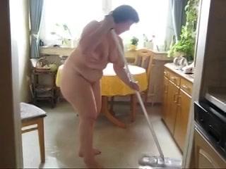 Hij vind het geil als zijn vrouw naakt schoonmaakt