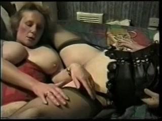 Twee bisex vrouwen pijpen en laten zich neuken door twee oudere mannen