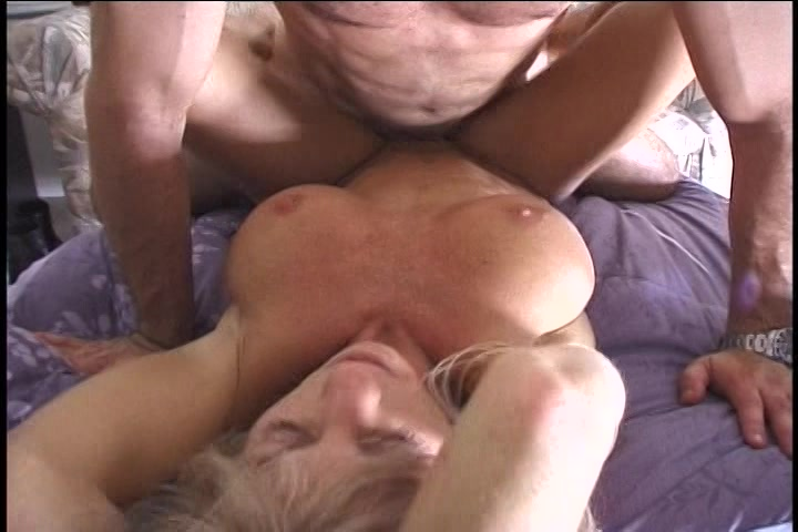 De milf pijpt en laat zich neuken en vol sperma spuiten