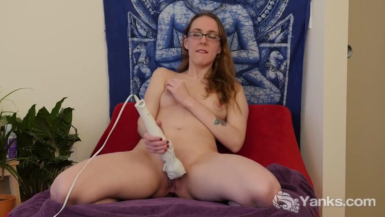 Met de grote vibrator masturbeert het brildragend meisje haar vagina