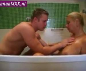 Lekker in bad aan de tepels van de buurvrouw zuigen