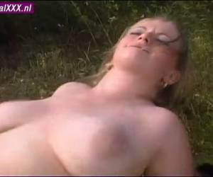 Ze laat haar natuurlijke borsten schudden als zijn grote penis neukt