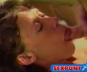 Neuk tante in haar mondje en vul het met sperma